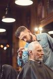 Brutalnego fryzjera zgrzywiony ostrzyżenie klient w salonie zdjęcia royalty free