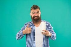 Brutalny caucasian modniś z wąsem Dojrzały modniś z brodą Wybierać szampon i włosianego conditioner brodaty mężczyzna fotografia royalty free