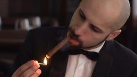 Brutalny mężczyzna Dymi cygaro z brodą w smokingu, zwolnione tempo zbiory wideo