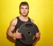 Brutalny mięśniowy facet z ciężarami odizolowywającymi Obraz Stock