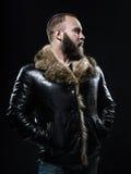 Brutalny przystojny nieogolony mężczyzna z długą brodą i wąs w bl Fotografia Stock