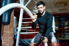 Brutalny sportowiec wykręca się arkany w gym fotografia royalty free