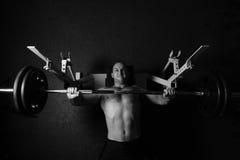 Brutalny sportowy mężczyzna pompuje up mięśnie Zdjęcie Royalty Free