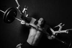 Brutalny sportowy mężczyzna pompuje up mięśnie Obraz Royalty Free
