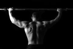Brutalny sportowy mężczyzna pompuje up mięśnie Obrazy Stock