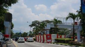 Bruten över huvudet fot- bro på det Jalan Raja Ashman Shah aka Jalan sjukhuset Ipoh royaltyfria bilder