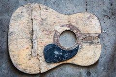 Bruten akustisk gitarr fotografering för bildbyråer