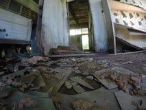 Bruten asbestgolvtegelplatta och förorening i övergiven byggnad royaltyfria foton