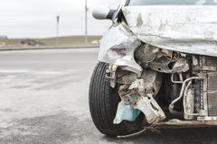 Bruten bil efter olyckan i förgrund fotografering för bildbyråer