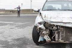 Bruten bil efter olyckan i förgrund royaltyfri foto