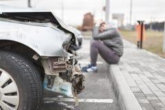 Bruten bil efter olyckan i förgrund Royaltyfria Foton