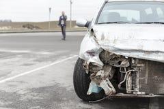 Bruten bil efter olyckan i förgrund Royaltyfria Bilder