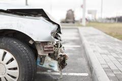 Bruten bil efter olyckan i förgrund royaltyfri fotografi