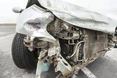 Bruten bil efter olyckan i förgrund arkivbilder