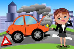 Bruten bil för frustrerad kvinna Royaltyfri Bild