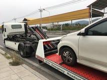 Bruten bil för vägrenhjälp på en bärgningsbil på en vägren royaltyfri foto
