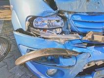 Bruten bil, främre sida som knackas av royaltyfri bild