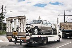 Bruten bil på bärgningsbilen efter trafikolycka fotografering för bildbyråer