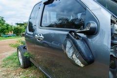 Bruten bilspegel, olycka för bilkrasch på gatan Arkivfoton