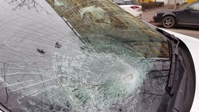 Bruten bilvindruta efter en krasch lager videofilmer