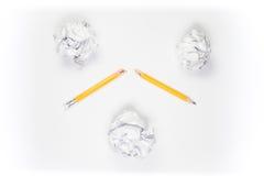 Bruten blyertspenna och skrynkligt papper på vit bakgrund Arkivbild