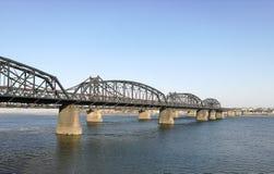 Bruten bro, Dandong, Kina som är motsatt till den Sinuiju staden, Nordkorea; på Yalu River den naturliga gränsen Royaltyfri Foto