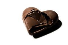 Bruten chokladhärd som isoleras på vit backgroun Arkivbilder