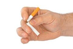 Bruten cigarett i hand Royaltyfri Fotografi