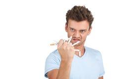 Bruten cigarett i mäns handnärbild Arkivfoton