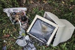Bruten dator på gräset royaltyfri fotografi