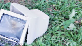 Bruten dator på gräset lager videofilmer