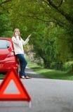 Bruten Down för kvinnlig bilist på sida av vägen royaltyfri bild