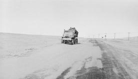 Bruten expeditions- lastbil som täckas med snö på en arktisk väg Arkivbild