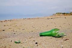 Bruten flaska på stranden Fotografering för Bildbyråer