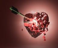 Bruten glansig metallisk hjärta med pilen Stock Illustrationer