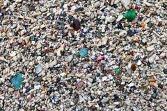 Bruten glasflaska med sand Arkivfoton