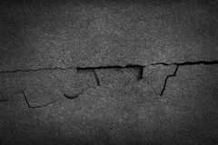 Bruten grov asfalt för spricka royaltyfria foton