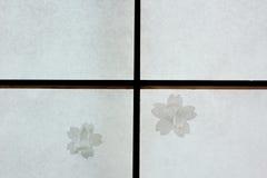Bruten japansk Shojiglidningsdörr som repareras med lappar för körsbärsröd blomning Royaltyfri Fotografi