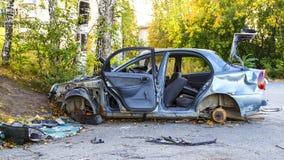 Bruten krasch i bilolycka i parkeringsplats i stadsområdet royaltyfri bild
