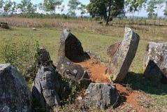 Bruten krus på slätten av krus i det Xieng Khouang landskapet, Laos Arkivbilder