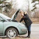 Bruten ner bil, kvinna som kallar till något Royaltyfria Foton