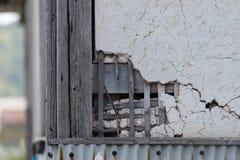 Bruten och sprucken murbrukvägg Royaltyfri Fotografi