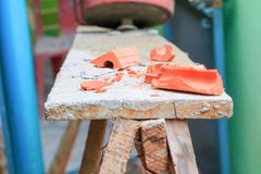 Bruten röd tegelsten på trät i konstruktionshus renoverar platsen Arkivfoto