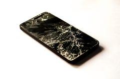Bruten smartphone med realistiskt splittra av pekskärmen på vit bakgrund Royaltyfri Bild