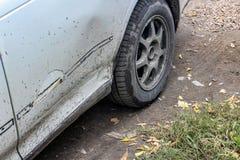 Bruten smutsig stötdämpare av bilen när den första snön arkivbilder