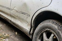 Bruten smutsig stötdämpare av bilen när den första snön arkivfoton