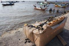 Bruten soffa på sjösidan Arkivbilder