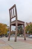 Bruten stol för Genève framme av den eniga nationbyggnaden, Schweiz Arkivfoton