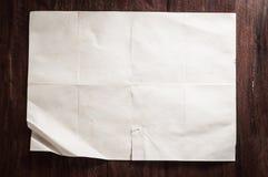 Bruten tappning tömmer vikt och skrynkligt papper på den mörka trätabellen Royaltyfri Bild