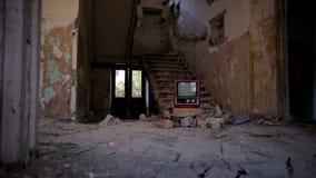 Bruten television i övergiven husalfabetisk stock video